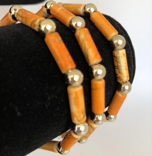 Armband i bruna färger