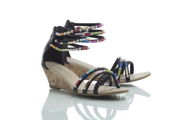 Ett par sandaler, Cajsa svart, med färgglada pärlor