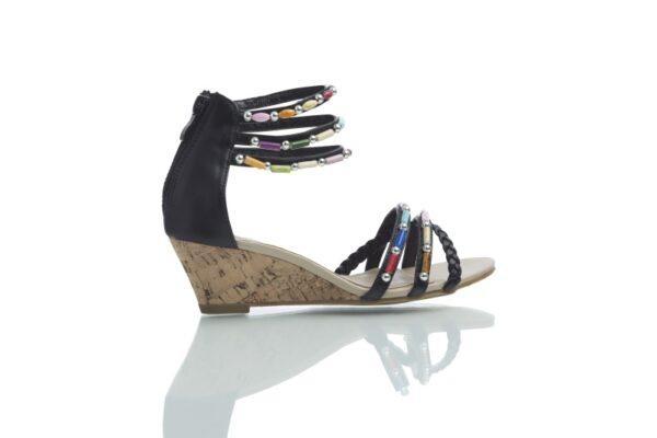 Cajsa, svarta sandaler med färgglada pärlor.