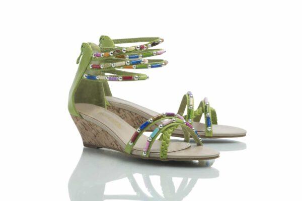 Ett par Cajsa lime. Sandal med färgglada pärlor som passar till allt!