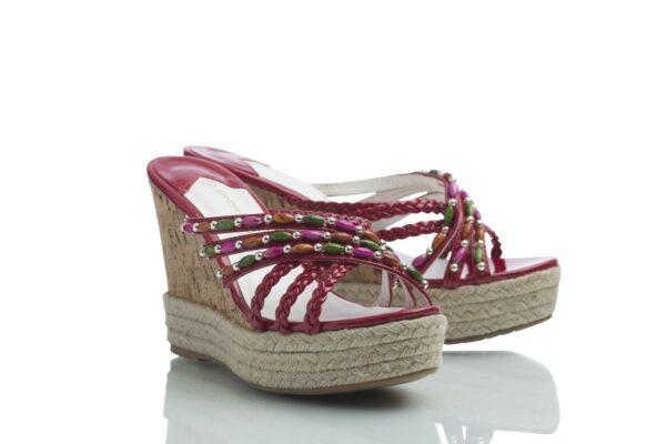 Produktbild röda Curves från Caribbyshoes. Hög sandal med kilklack.