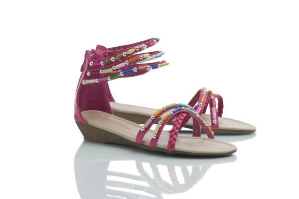 Skön sandal från Caribbyshoes i ljuvlig Fuchsia och färgglada pärlor.
