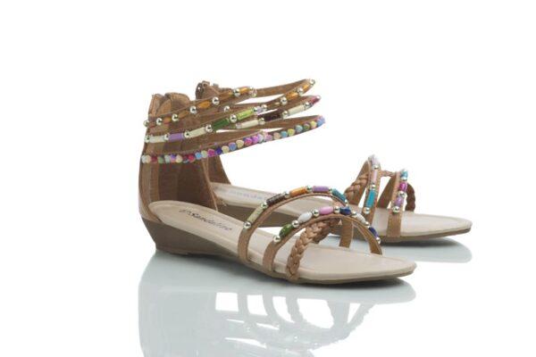 Ett par bruna sandaler med färgglada pärlor från Caribbyshoes.