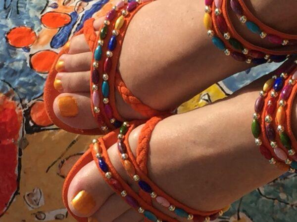 Orangea Day matchar orangemålade tånaglar.