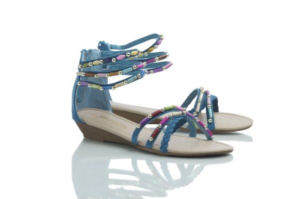 Produktbild, ett par sandaler från Caribby, turkosa Day med färgglada pärlor.