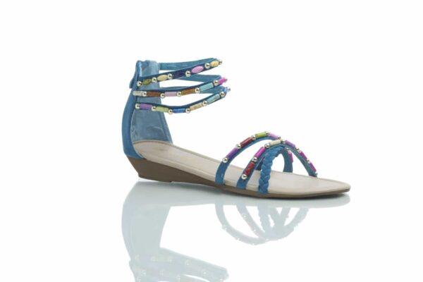 Turkos sandal med färgglada pärlor.