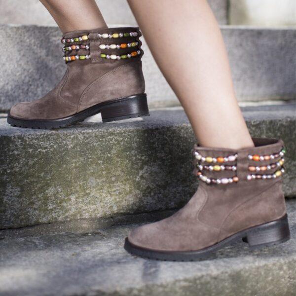 Mimi, stövlett i brun mocka med färgglada pärlor