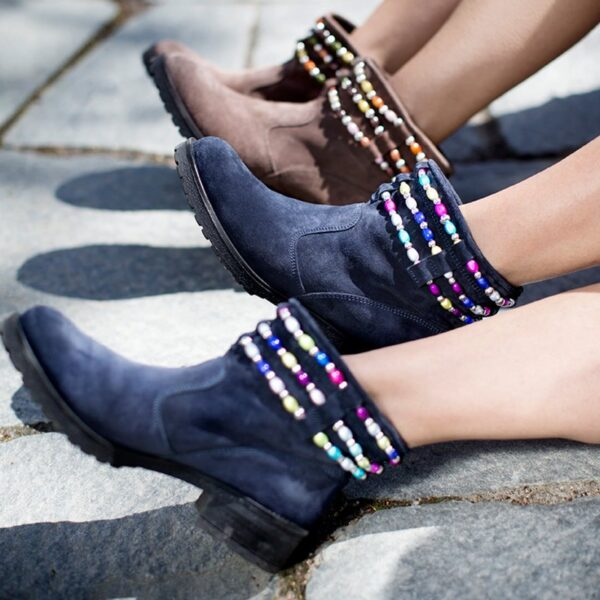 Mimi, stövlett i blå mocka och brun mocka, båda med färgglada pärlor i respektive färgskala.