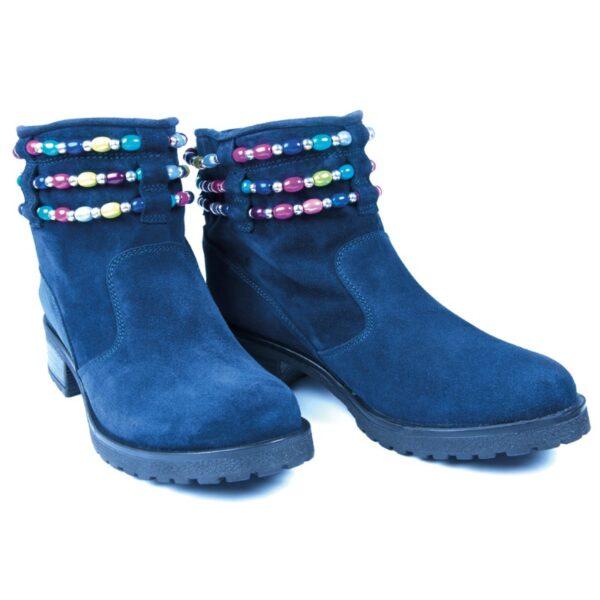 Stövletter i blå mocka med färgglada pärlor.