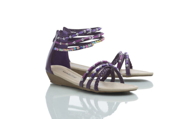Sandals with shiny beads