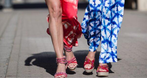 Röda Tess och Curves på promenad i matchande outfit.